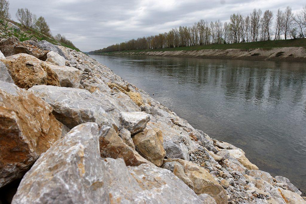 river, regulation, embankment , flood,flooding, river incision, riverbed degradation, drying, Rip-rap, stone embankment